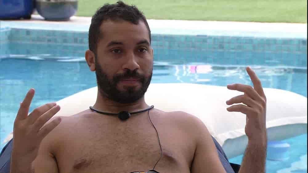 Em conversa com Caio, Gilberto dispara sobre sister do BBB21: 'Não venha dar uma de boazinha'