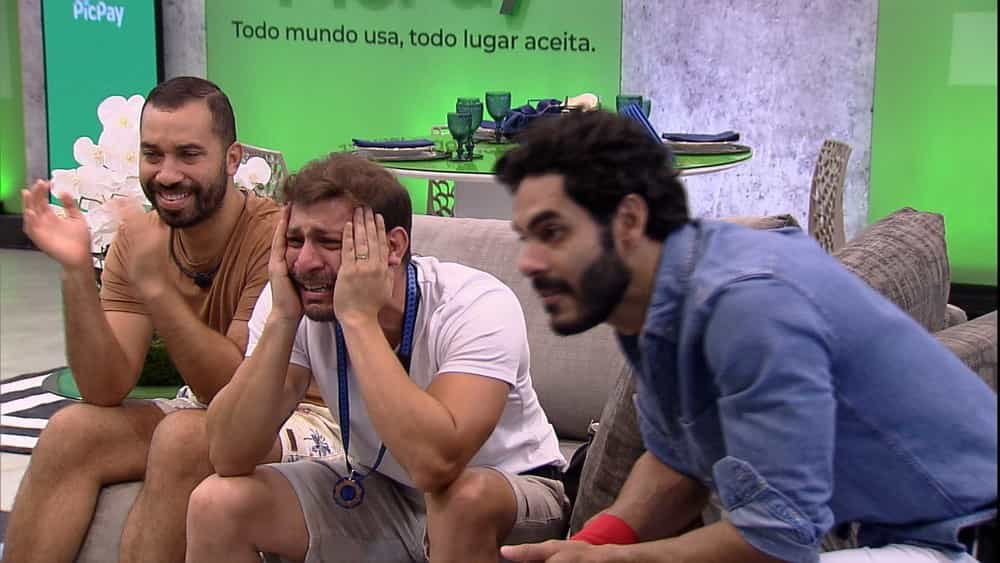 Anjo pela terceira vez, Caio se emociona com mensagem da família — Foto: Globo