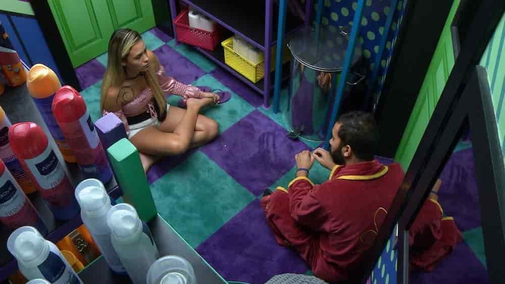 Sarah conversa com Gilberto
