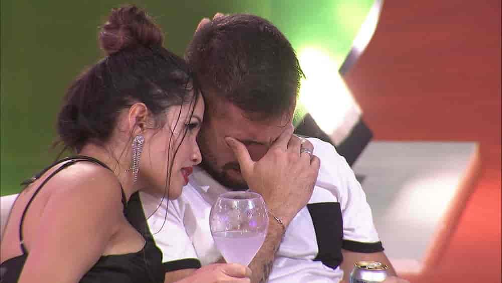 Juliette consola Arthur na Festa C&A