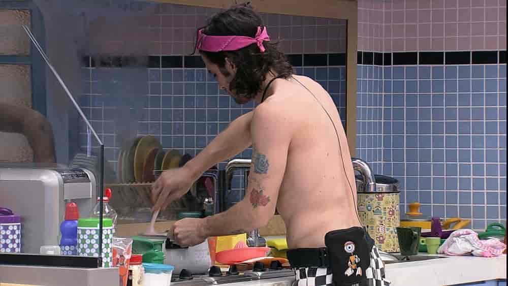 brother Fiuk foi para a cozinha da Xepa preparar a refeição do dia