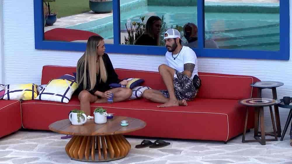 Rodolffo, Sarah em sofa
