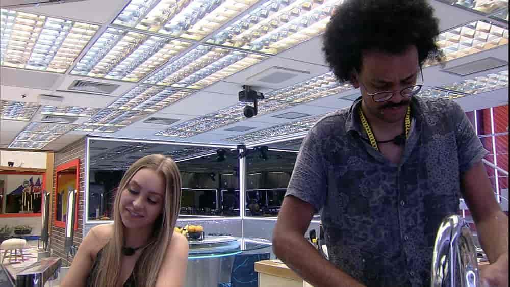 João Luiz e Carla Diaz cantam enquanto lavam a louça do Vip do BBB2